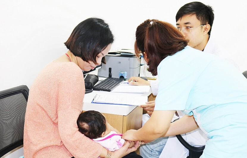 Bác sĩ hướng dẫn: Cách điều trị trẻ bị sốt phát ban hiệu quả -1